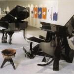 """""""Piano-Illusion"""": Optische Täuschung, welche die Abhängigkeit der Perspektive des Betrachters verdeutlicht. Klavier gebaut von Shigeo Fukuda."""